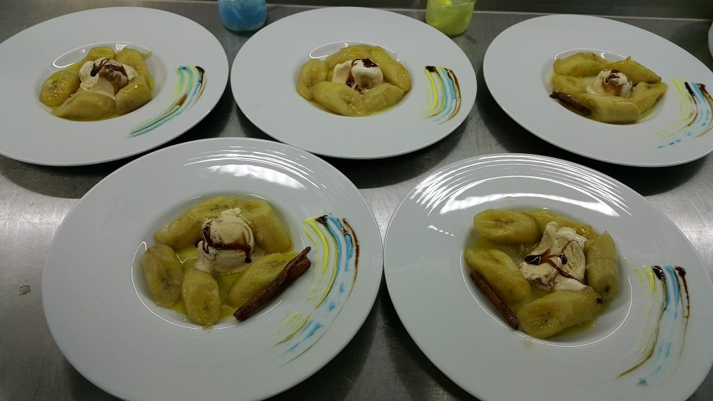 Сладки банани сервирани със сладолед.